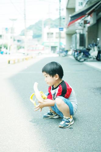 クリーニング屋の前でバナナを食べる王子