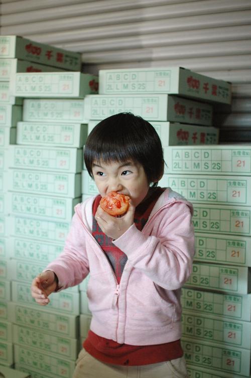 トマトをかじる王子