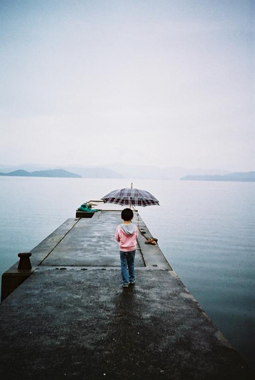 小雨の薩川湾