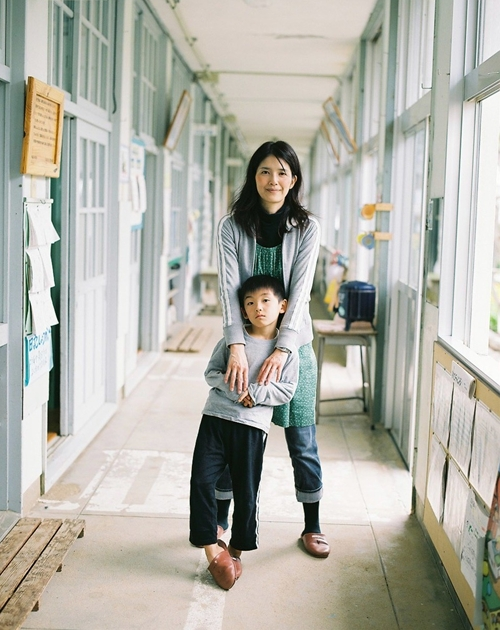 薩川小学校の廊下で
