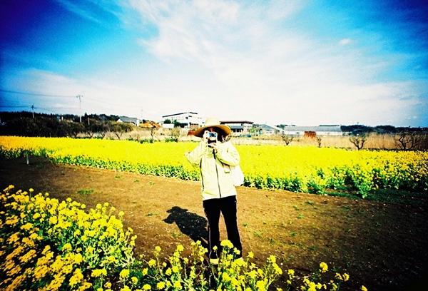 菜の花畑で記念写真